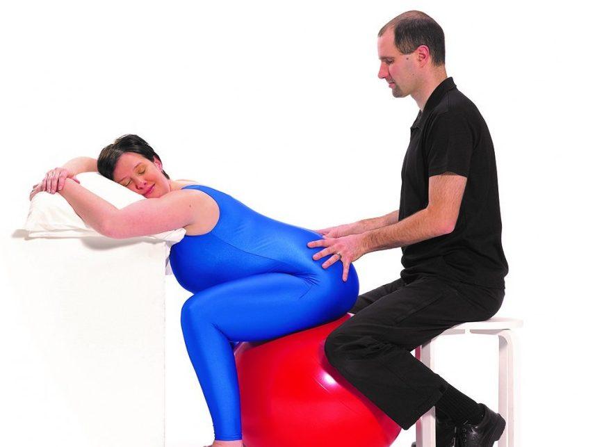 ballon de naissance : ballonformecouple Source : http://www.mamanpourlavie.com/grossesse-maternite/pratico-pratique/6895-5-positions-gagnantes-avec-le-ballon-de-naissance.thtml