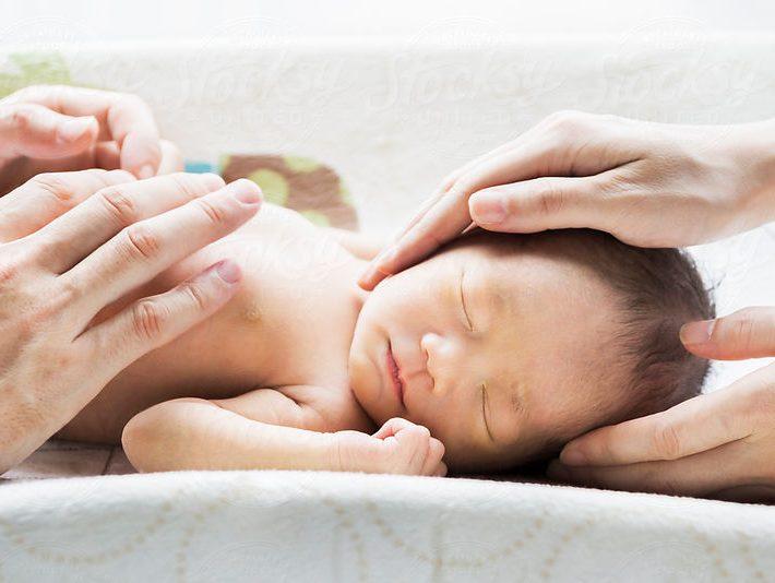 peau à peau : massage bébé source: https://www.stocksy.com/850561
