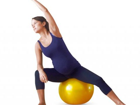 grossesse ballon prenatal - https://www.mamanpourlavie.com/uploads/images/articles.cache/2006/11/18/file_main_image_98_1_Ballon_exercices_prenatals_98_01_1500X1000_cache_640x360.jpg