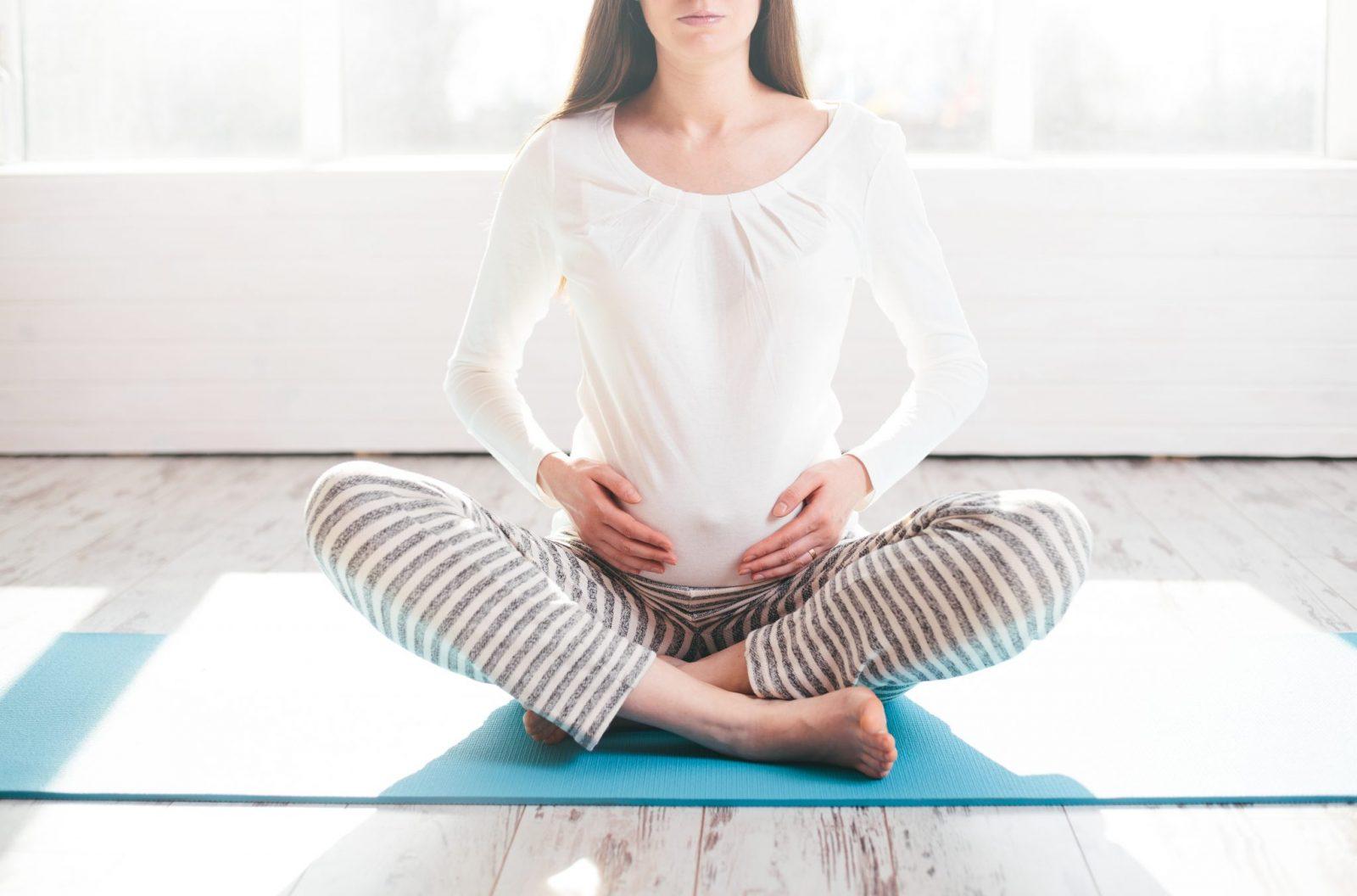 Femme enceinte centrée sur son bien-être